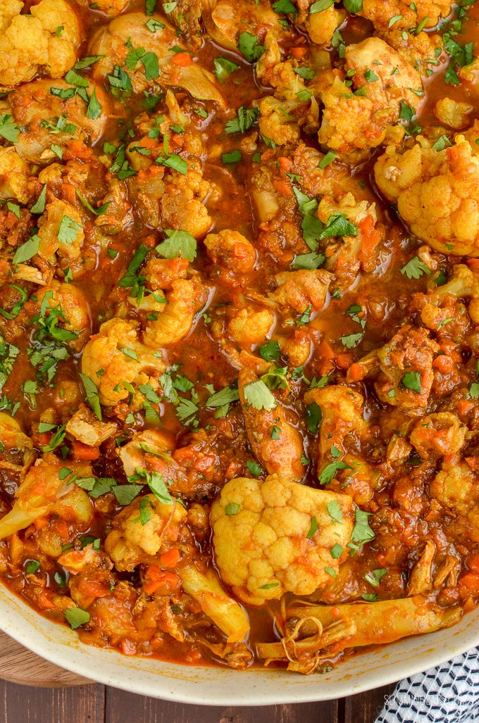 Create this delicious and flavoursome Syn Free Chicken and Cauliflower Curry in your own home for the perfect Indian Fakeaway Meal. Weight Watchers, Slimming World, Stove Top, Instant Pot and Slow Cooker friendly | www.slimmingeats.com