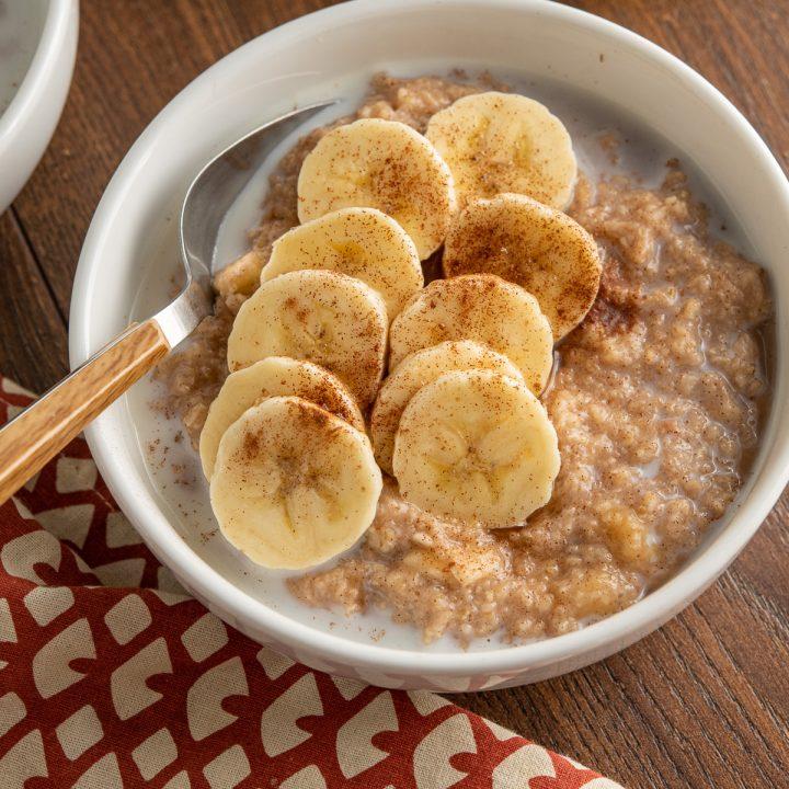 Oatmeal with Banana, Cinnamon and Maple Syrup