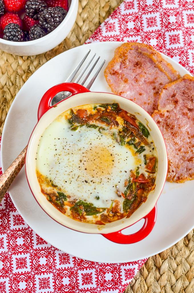 Start your morning with this healthy protein breakfast - delicious Syn Free Baked Egg with Spinach and Tomatoes. Perfect whether you are following Slimming World or Weight Watchers - gluten free, dairy free, vegetarian, paleo and whole30 friendly | www.slimmingeats.com