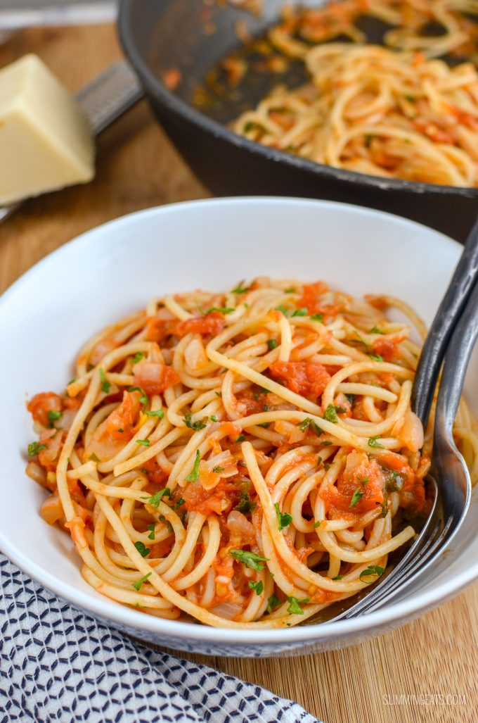 Syn Free Tomato and Garlic Pasta - simple and fresh ingredients for a delicious meal in less than 30 minutes - gluten free, dairy free, vegan, Slimming World and Weight Watchers friendly | www.slimmingeats.com
