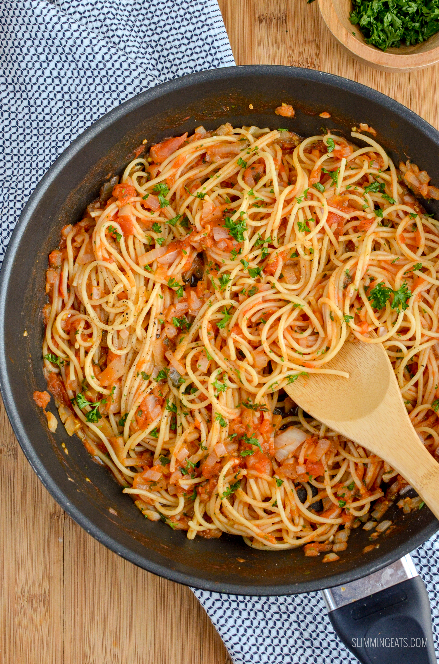 Syn Free Tomato and Garlic Pasta - simple and fresh ingredients for a delicious meal in less than 30 minutes - gluten free, dairy free, vegan, Slimming World and Weight Watchers friendly   www.slimmingeats.com