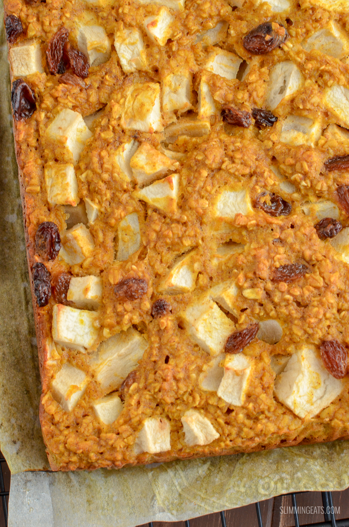 Healthy Apple Sultana Oat Bites which are super easy to make and perfect for the whole family to enjoy. They contain no artificial sweeteners and are a perfect breakfast, dessert or snack. Just 3 syns on Slimming World or 2 WW Smart Points per bite | www.slimmingeats.com