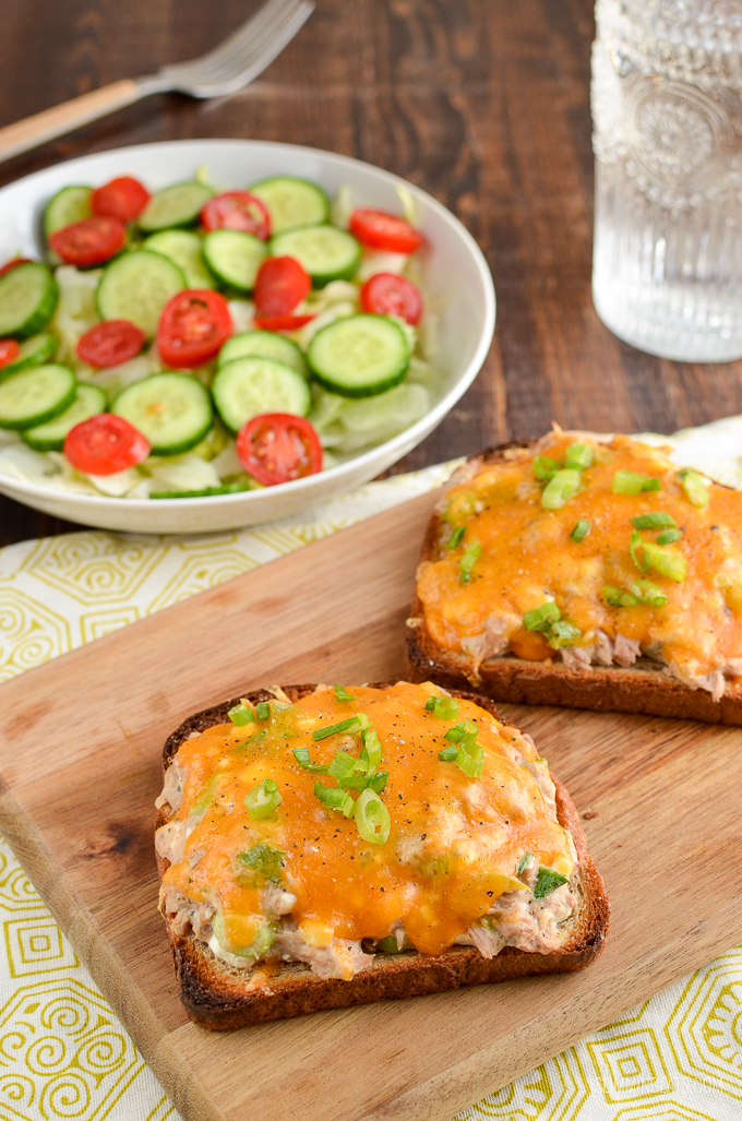 The Perfect Low Syn Healthy Tuna Melt, satisfy those cravings with the delicious cheesy topped lunchtime favourite. Slimming World and Weight Watchers friendly | www.slimmingeats.com #slimmingworld #weightwatchers #lunch #tuna cheese