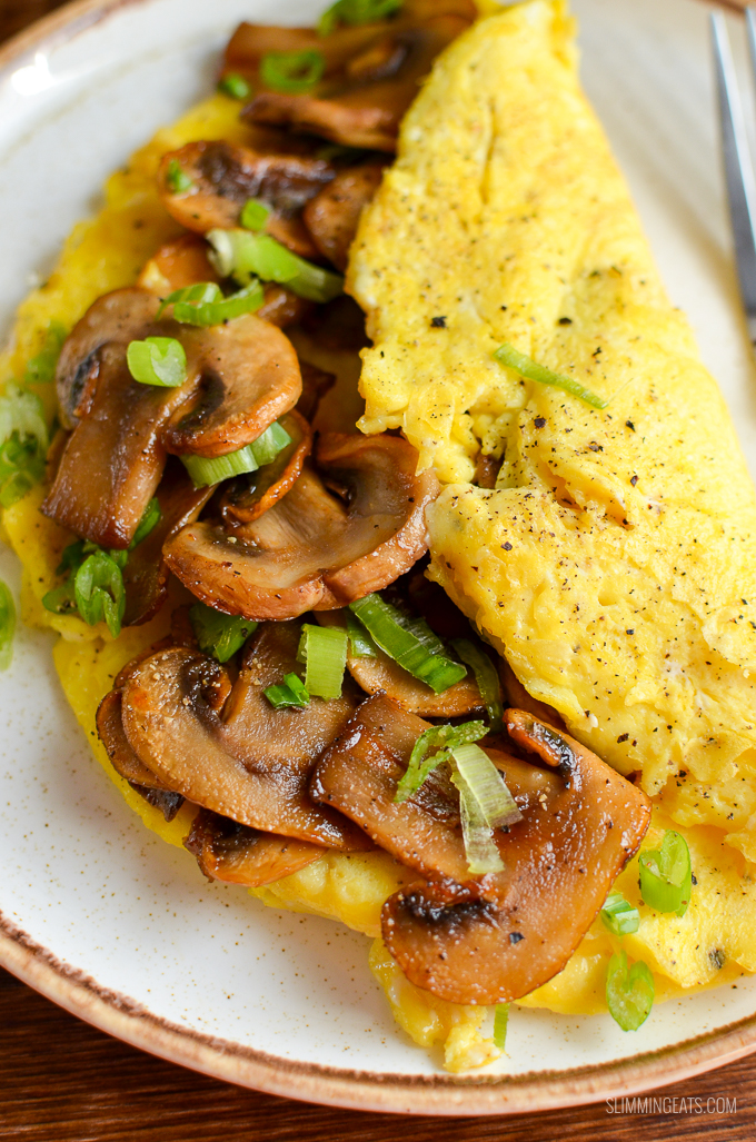 A sticky sriracha mushroom omelette recipe that is perfect for breakfast, lunch or dinner. Delicious fluffy omelette with spicy sweet sticky sriracha mushrooms. Perfect!! - gluten free, dairy free, vegetarian, Slimming World and Weight Watchers friendly #slimmingworld #weightwatchers #breakfast #eggs #mushrooms #sriracha