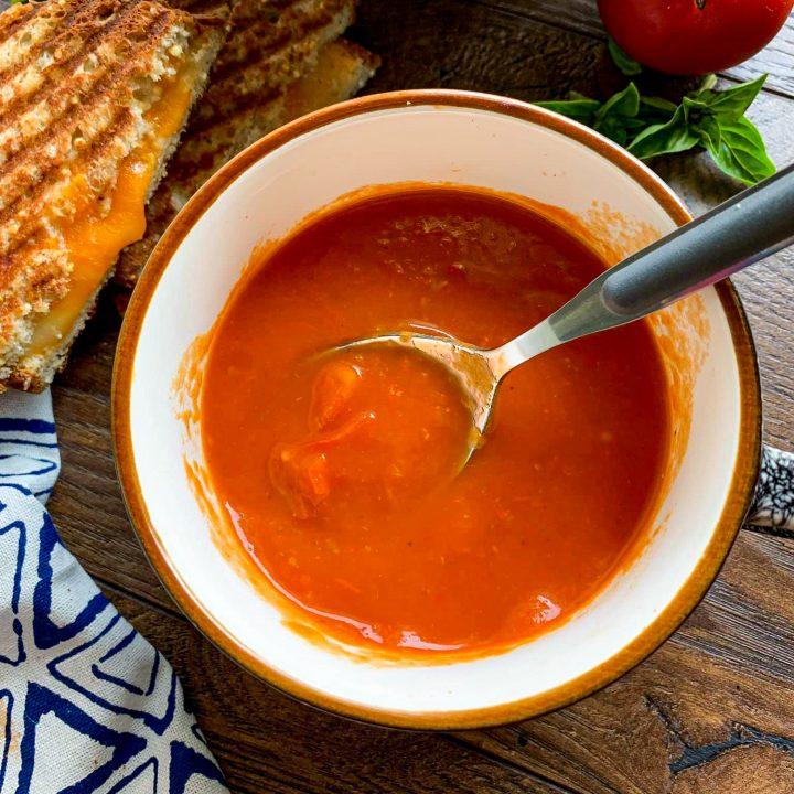 Soupe aux poivrons rouges rôtis et tomates
